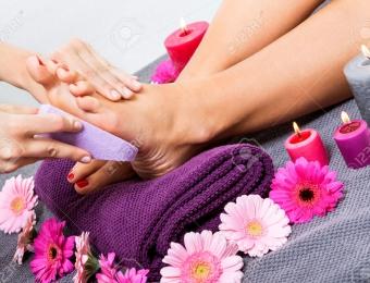 25977478-Mujer-que-tiene-un-tratamiento-de-pedicura-en-un-sal-n-de-spa-o-de-belleza-con-la-pedicura-masajear--Foto-de-archivo